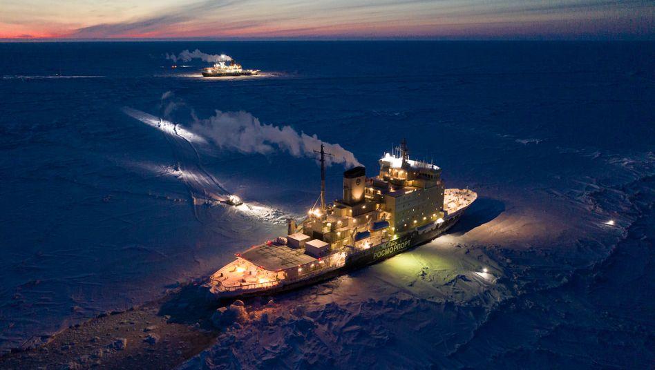 """Versorgungsschiff """"Kapitan Dranitsyn"""" (vorne) und Forschungseisbrecher """"Polarstern"""" (hinten)"""