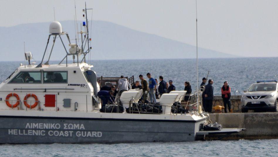 Ein Schiff der Küstenwache birgt die Leichen von Migranten