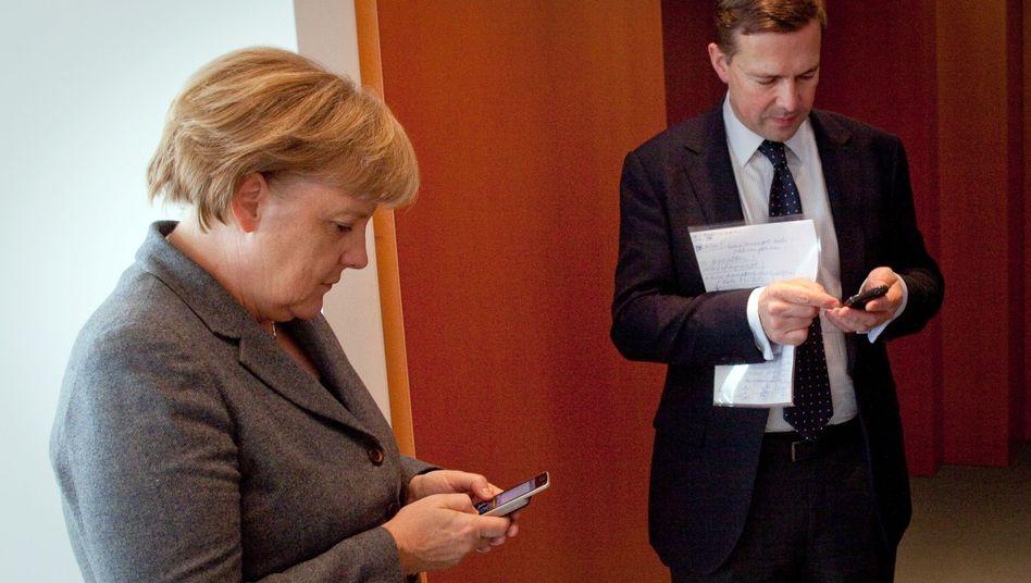 Kanzlerin Merkel und ihr Regierungssprecher