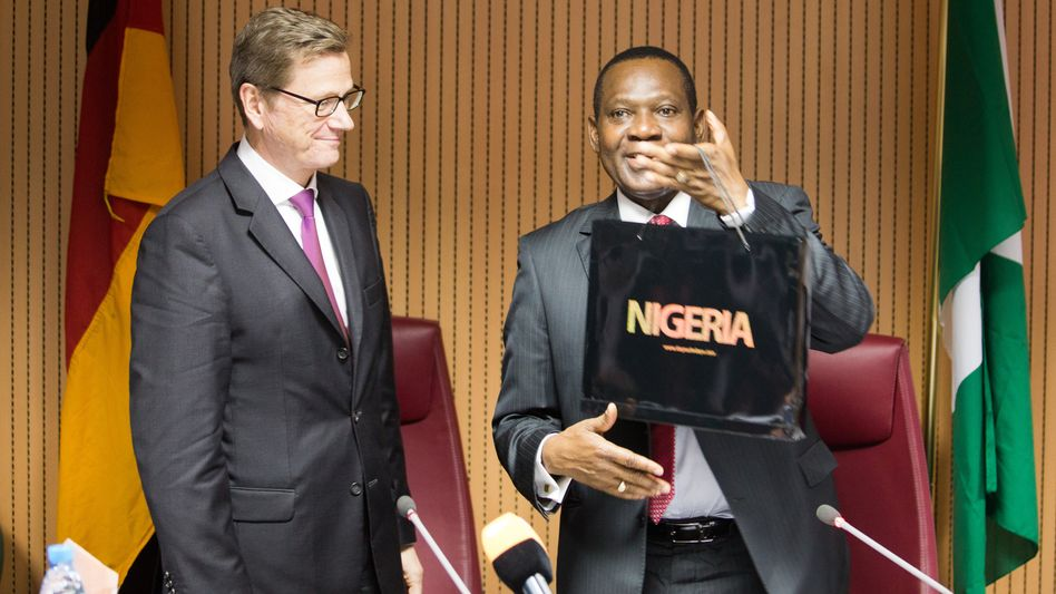Guido Westerwelle (FDP) mit dem nigerianischen Außenminister Olugbenga Ashiru in Abuja