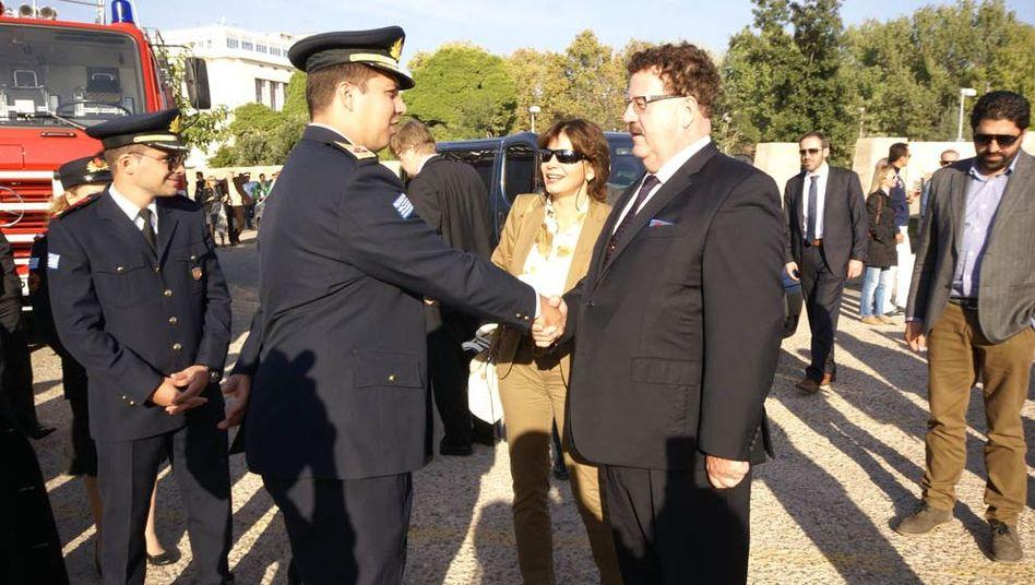 Griechenland-Beauftragter Fuchtel (vorne rechts): Hilfe für die Feuerwehr