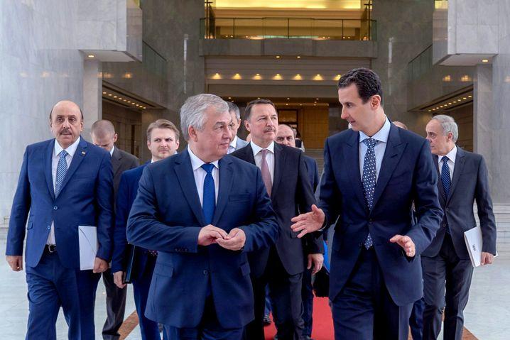 Russischer Diplomat Lawrentiew mit Assad in Damaskus: Moskau hält dem Diktator die Treue