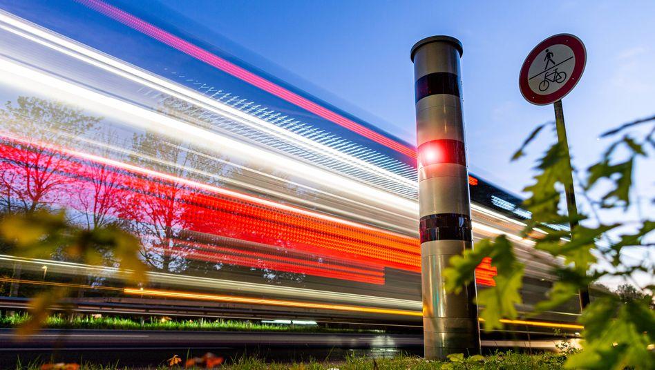 Blitzer in Schenefeld bei Hamburg: Verkehrssünder müssen seit Kurzem mit deutlich höheren Bußgeldern rechnen. Bund und Länder verhandeln nun über mögliche Änderungen
