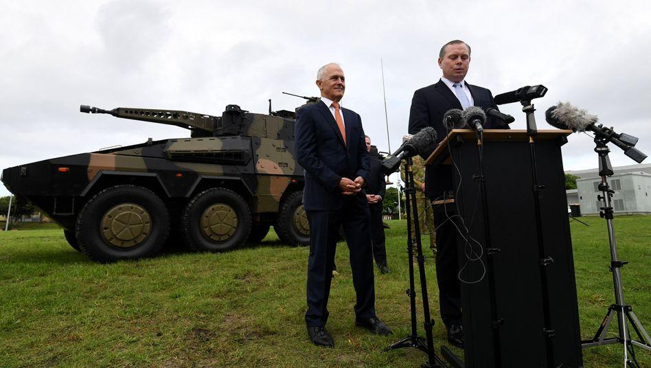 """Australiens Ministerpräsident Malcolm Turnbull (l.) bei einem Truppenbesuch vor einem """"Boxer""""-Panzer"""