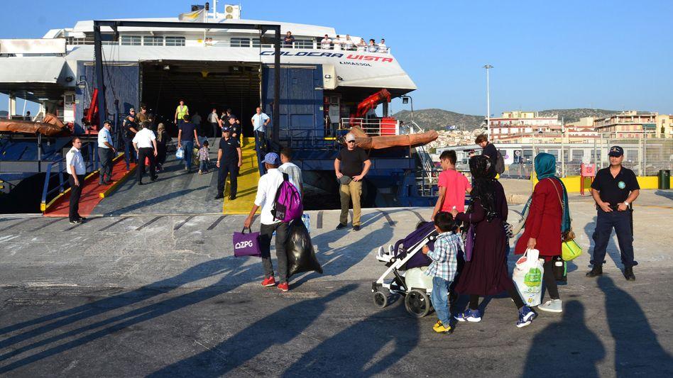 Migranten gehen im Hafen von Mytilene an Bord der Caldera Vista, als Teil eines Transfers von 1500 Flüchtlingen und Migranten nach Thessaloniki