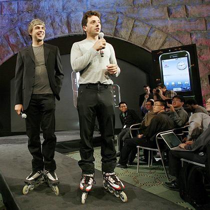 Google-Gründer Larry Page, und Sergey Brin bei der Vorstellung des Google-Handys T-Mobile G1: Ihr neues Patent könnte Mobilnetzbetreibern das Leben schwer machen