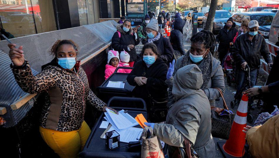 Menschen bei einer Essensausgabe in New York City