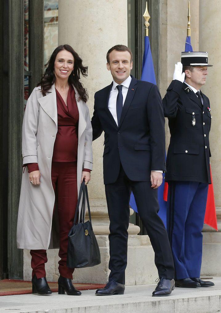Jacinda Ardern (l.) und Emmanuel Macron bei einem Treffen vor dem Élyséepalast in Paris