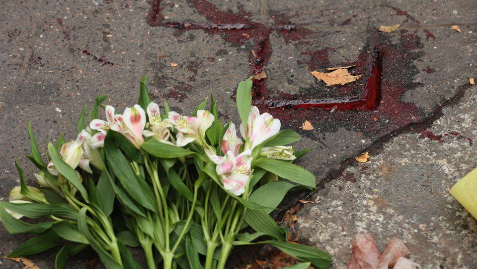 Blumen nahe dem Bataclan in Paris: Paris changiert zwischen Verdrängung und Depression