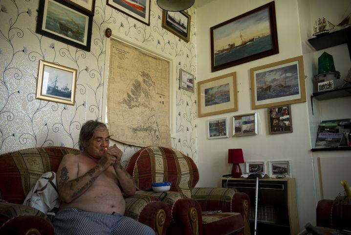 """Pete ist erst kürzlich im """"Square"""" eingezogen - nach der Trennung von seiner Frau, die er auch auf den Verlust des Fischer-Jobs zurückführt. """"Als wir noch zur See fuhren, war ich glücklicher mit ihr"""", erzählt Pete. """"Auf Landurlaub haben wir beide es krachen lassen. Aber als wir dann jeden Tag gemeinsam verbrachten, haben wir es nicht mehr miteinander ausgehalten. Überhaupt nicht mehr."""" Das zerrüttete Familienleben habe seinen Sohn drogenabhängig werden lassen, er habe das Hab und Gut der Familie verkauft, um sich den Stoff leisten zu können. Am Ende habe Pete seine Frau vor die Wahl gestellt, entweder er verlasse das Haus oder der Sohn. Die Frau habe sich für ihr Kind entschieden. """"Gut, habe ich gesagt, dann gehe ich, ich werde dir alles überlassen. Und das habe ich auch getan."""""""