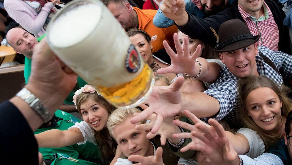 Besucher des Münchner Oktoberfestes sollten auch dieses Jahr ausschließlich nach Maßkrügen greifen (Archivbild)