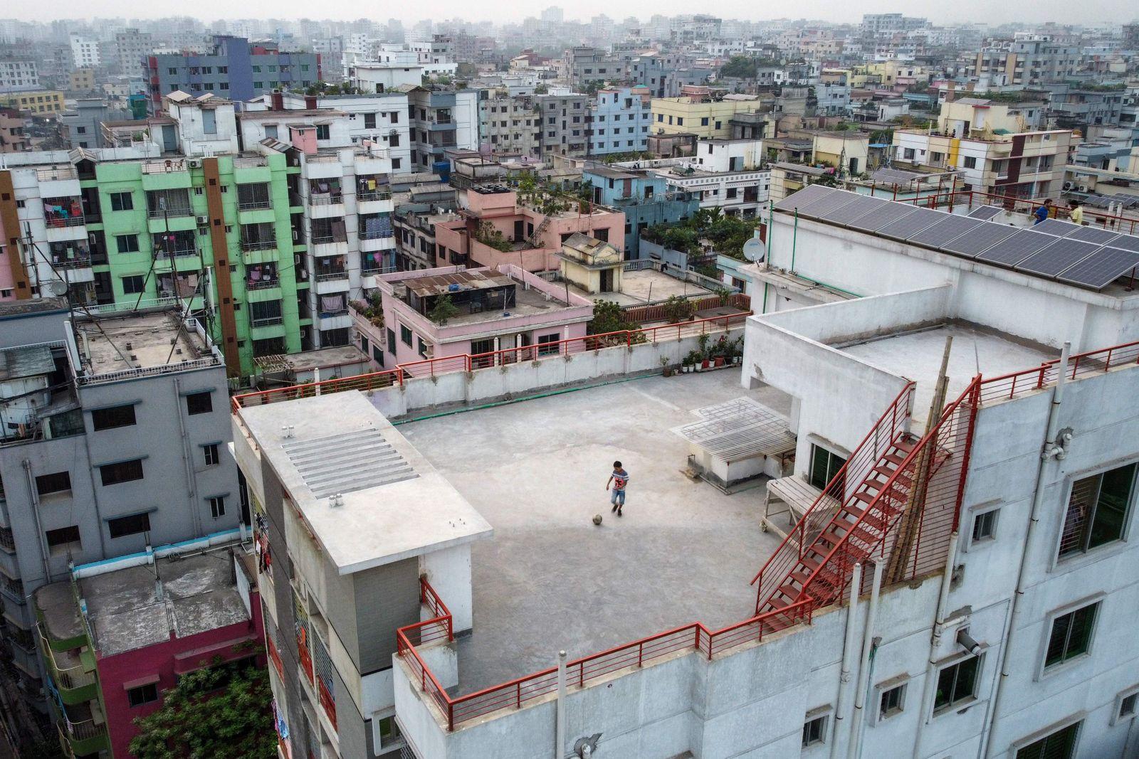 TOPSHOT-BANGLADESH-WORLD-HEALTH-VIRUS-24HOURS-PHOTO ESSAY