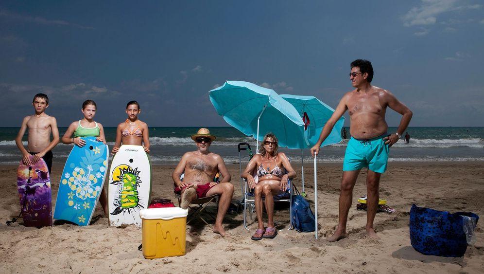 Zwischen Kühlboxen und Sonnenschirmen: Gruppen am spanischen Strand