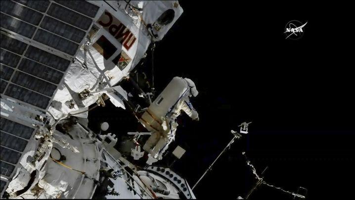 Kosmonaut Sergej Prokopjew bei der Montage der Antenne