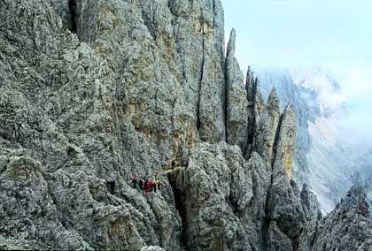 Zum Cigolade-Passe: Lange Geröllserpentinen unter steinernen Zacken