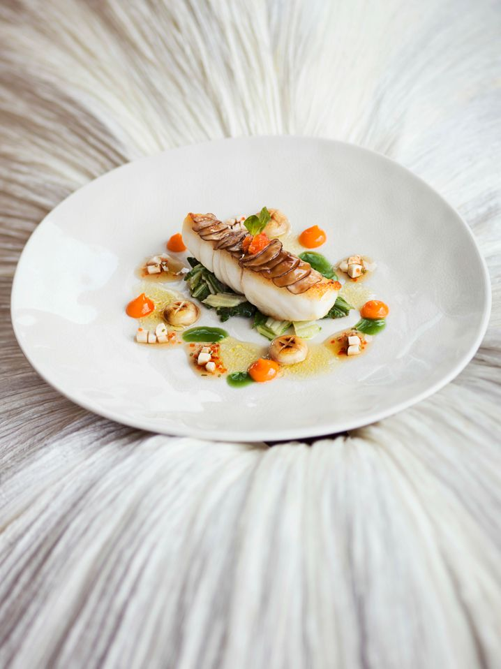 Tranche vom wilden Steinbutt »Jägerin Art« auf Pak Choi mit Riesling-Vinaigrette und Salatcreme