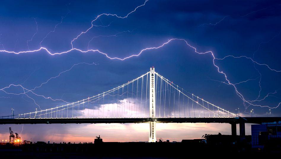 Gewitter über der Bucht von San Francisco: Die Folgen des Klimawandels kommen der Rückversicherungsbranche teuer zu stehen.
