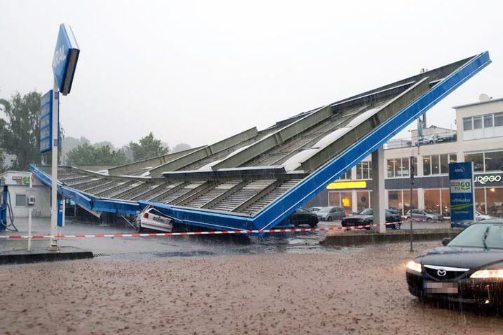 Eingestürztes Tankstellendach in Wuppertal