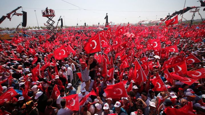 Großkundgebung in Istanbul: Ein Fahnenmeer in Rot