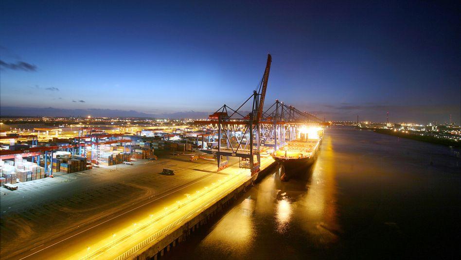Containerschiff im Hamburger Hafen: Aussichten für Weltwirtschaft trüben sich ein