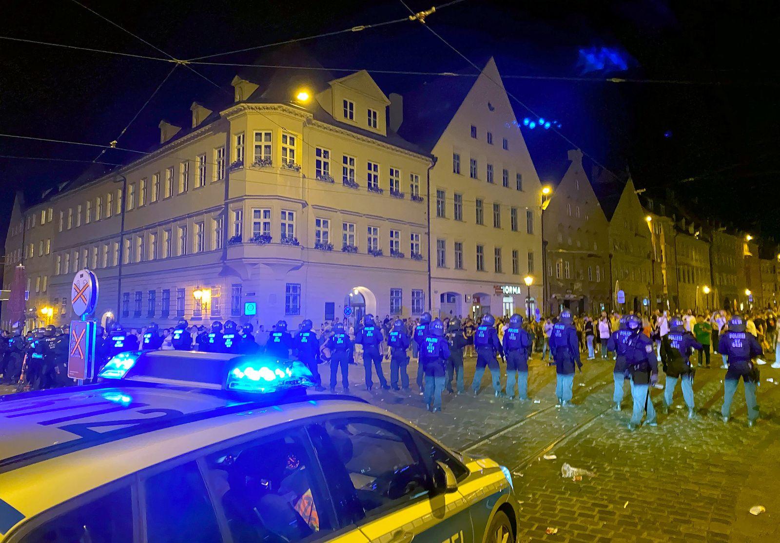 Hunderte Menschen feiern in Augsburger Innenstadt