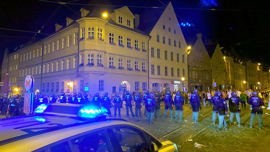Polizeieinsatz in Augsburg am Wochenende: Flaschenwürfe und Schlägereien