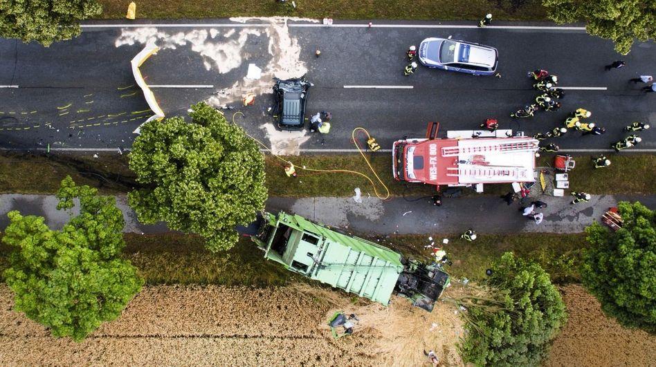 Rettungseinsatz nach Frontalzusammenstoß auf der Bundesstraße 57 nahe Xanten in Nordrhein-Westfalen(*)