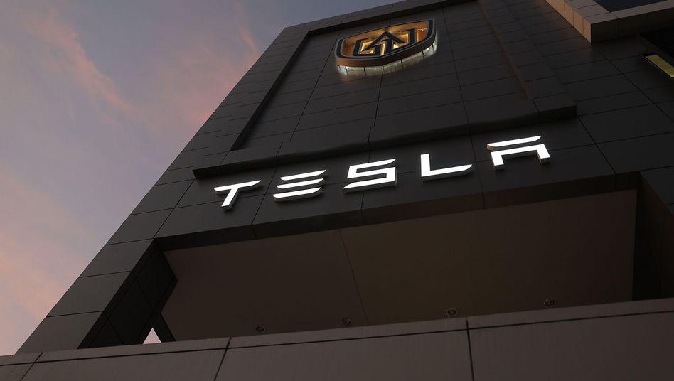 Tesla-Logo in Florida: Der Konzern ist erstmals an der Börse mehr wert als Volkswagen