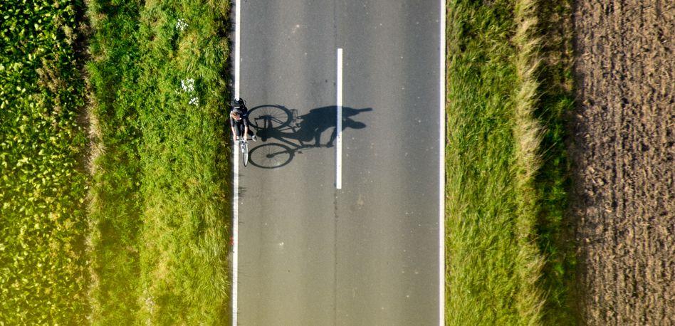 Radfahren auf dem Land: Viel Grün, aber nicht mal ein Schutzstreifen in Sicht