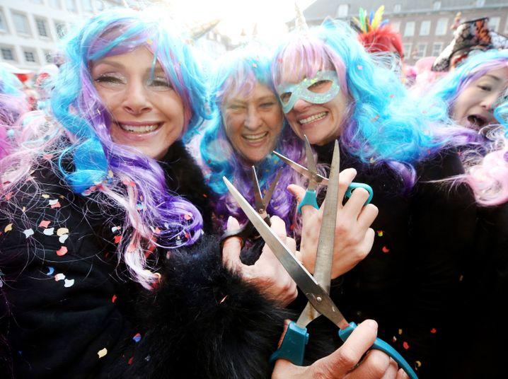 Karnevalistinnen feiern in Düsseldorf Weiberfastnacht