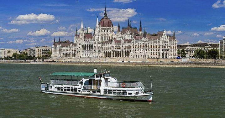 """Dieses undatierte Foto zeigt die """"Hableany"""" auf der Donau, im Hintergrund ist das ungarische Parlaments in Budapest zu sehen"""