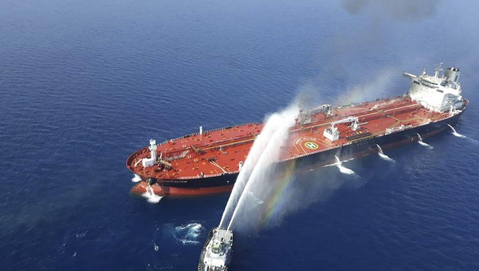 """Ein iranisches Marineboot spritzt Wasser im Golf von Oman, um ein Feuer auf dem Öltanker """"Front Altair"""" zu löschen"""