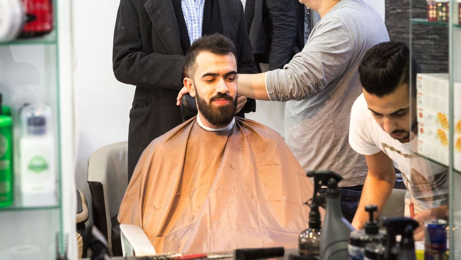 Author David Ranan (left, rear) in a Arab barber shop in Berlin's Neukölln district