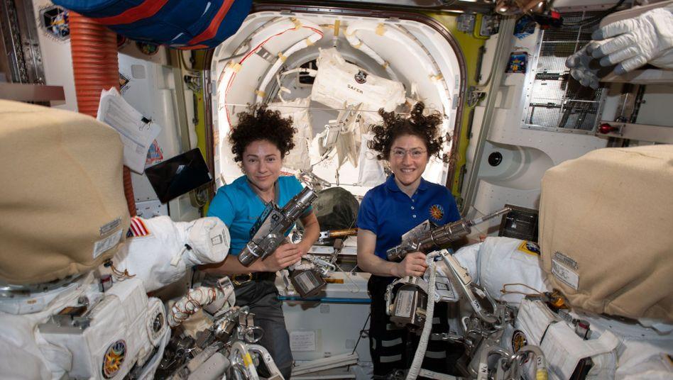Die Astronautinnen Jessica Meir (l.) und Christina Koch auf der ISS