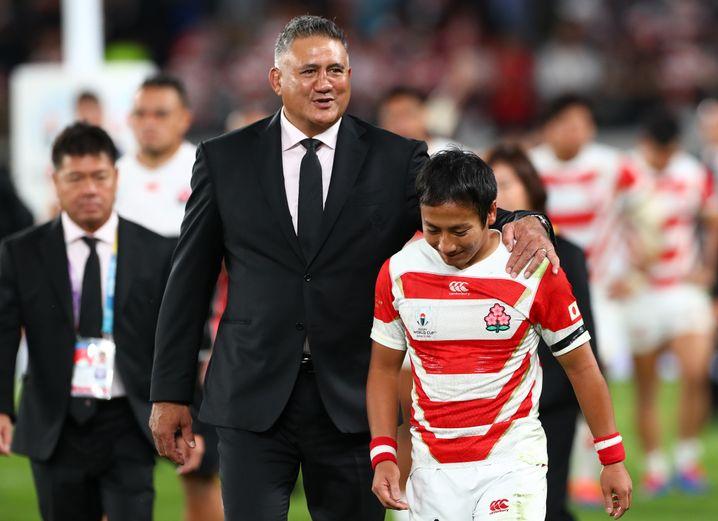 Japans Nationaltrainer Jamie Joseph tröstete seine Spieler nach dem Ausscheiden