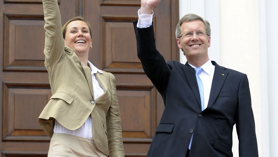 Christian Wulff und Frau Bettina vor Schloss Bellevue (Juli 2010): Was bleibt?
