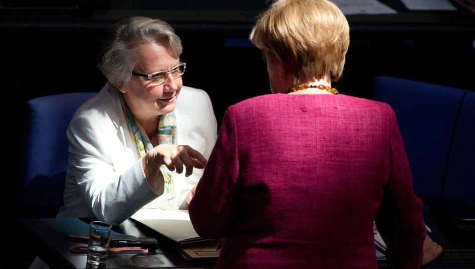 Regierungspolitikerinnen Schavan und Merkel: Rückendeckung für die Bildungsministerin
