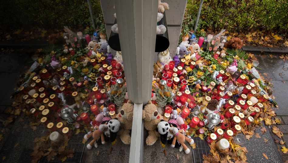 Kerzen, Blumen und Teddybären vor dem Mehrfamilienhaus in Hamburg, in dem die Zweijährige starb
