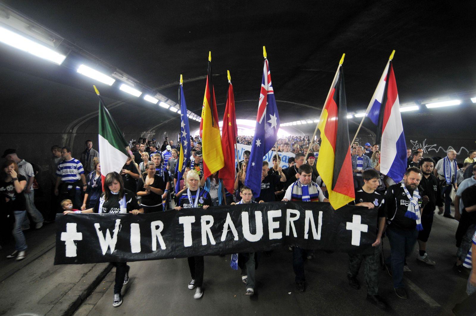 NICHT VERWENDEN Mehrere hundert Fussballfans starten zu Trauermarsch durch Duisburg