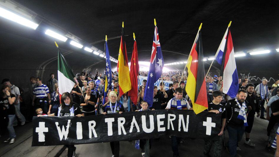 Fußball-Fans im Duisburger Tunnel: Gedenken an die 21 Toten