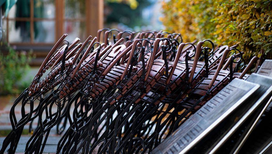 Tische und Stühle vor einem Restaurant in Nordrhein-Westfalen: Harte Zeiten für die Gastronomie