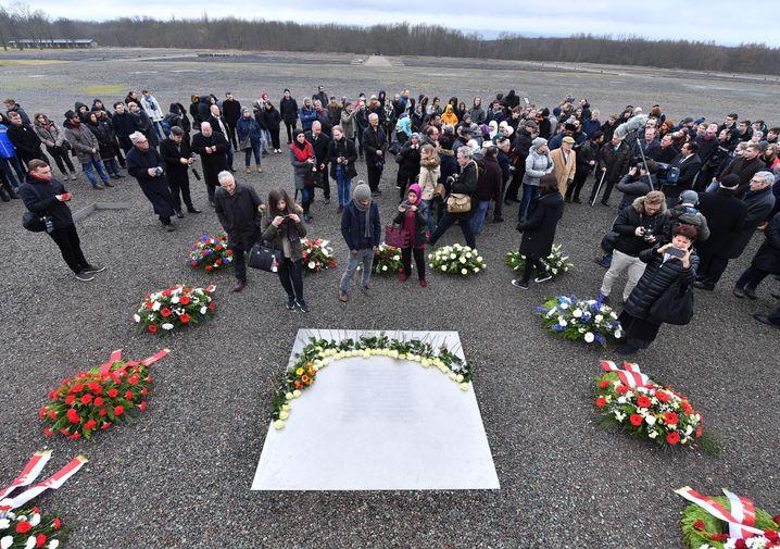 Mit einer Kranzniederlegung wird der Opfer des Nationalsozialismus am 26.01.2018 in Weimar (Thüringen) auf dem früheren Appellplatz in der Gedenkstätte Buchenwald gedacht. Seit 1996 wird auf Vorschlag des damaligen Bundespräsidenten der 27. Januar als Gedenktag begangen. An diesem Tag im Jahr 1945 hatten sowjetische Soldaten das NS-Vernichtungslager Auschwitz befreit. Foto: Martin Schutt/dpa-Zentralbild/dpa +++(c) dpa - Bildfunk+++ | Verwendung weltweit