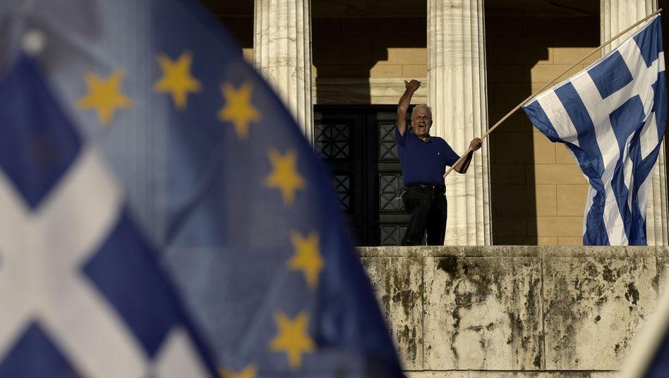 Proeuropa-Demonstrant in Athen: Wer trägt die Kosten des Kompromisses?