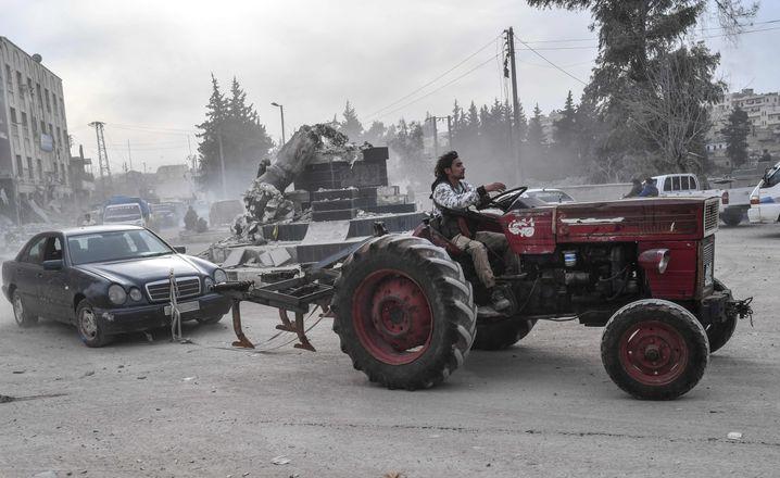 Protürkischer islamischer Kämpfer schleppt einen Mercedes durch Afrin