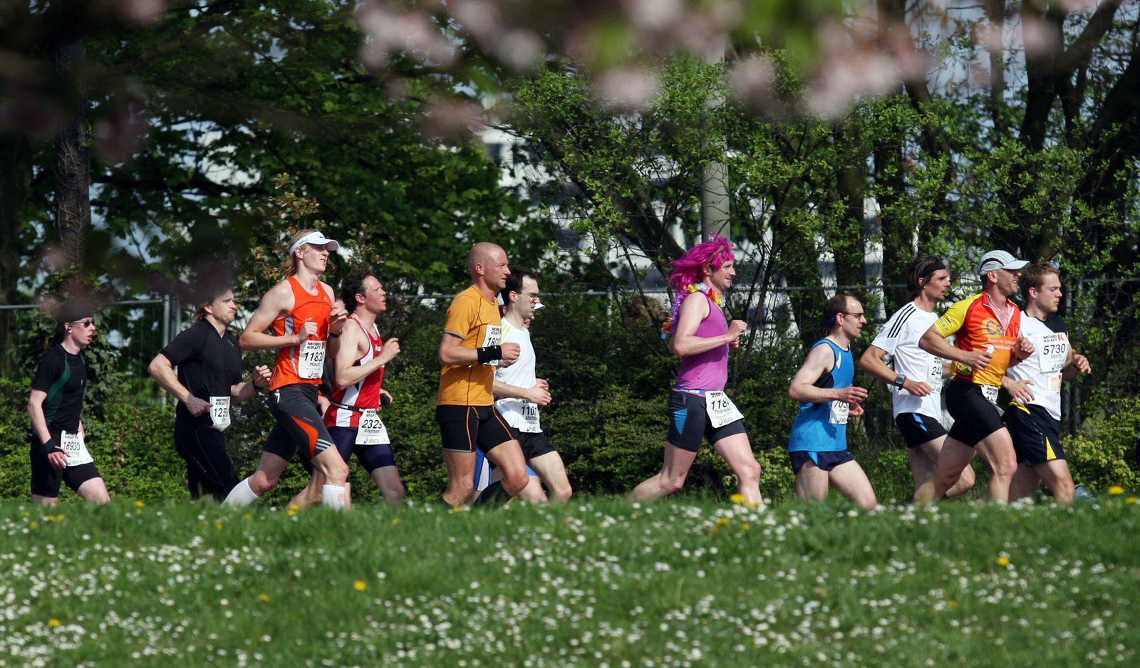 Hamburg-Marathon Läufer im Grünen