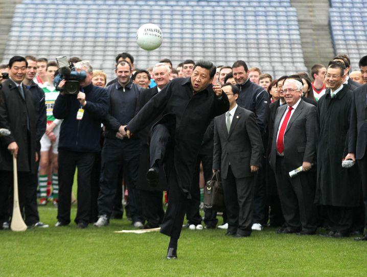 Präsident Xi köpft einen Fußball