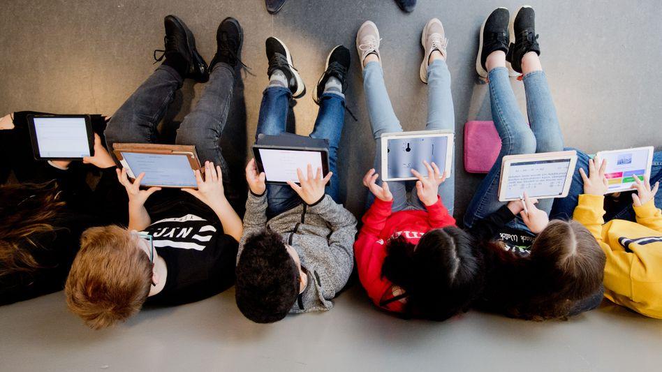 Siebtklässler in Niedersachsen lernen mit Tablet-PC