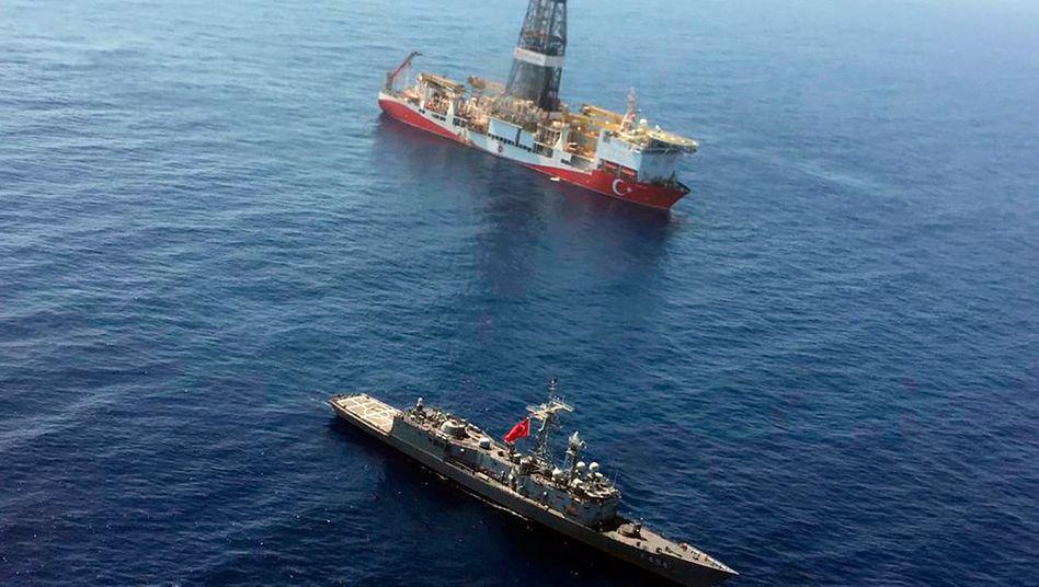 """Patrouillenschiff der türkischen Marine neben dem Bohrschiff """"Fatih"""""""