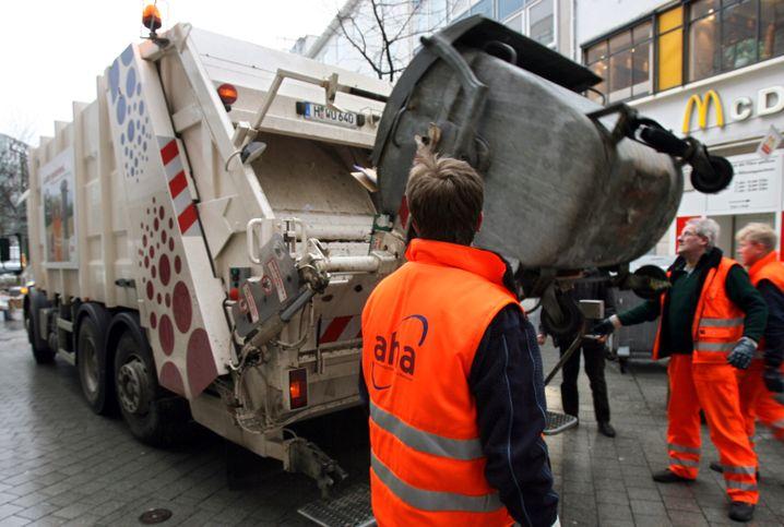 Althergebracht: Männer bei der Müllabfuhr