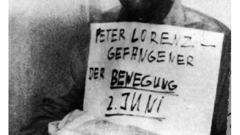 """Entführter Peter Lorenz: Das Bild vom 27. Februar 1975 mit dem entführten Berliner CDU-Vorsitzenden Peter Lorenz schickte die """"Bewegung 2. Juni"""" am 28. Februar 1975 an das Berliner Büro der Deutschen Presse-Agentur"""